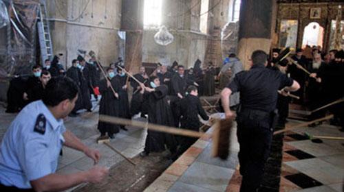 Kilisede dövüşen papazları polis ayırdı