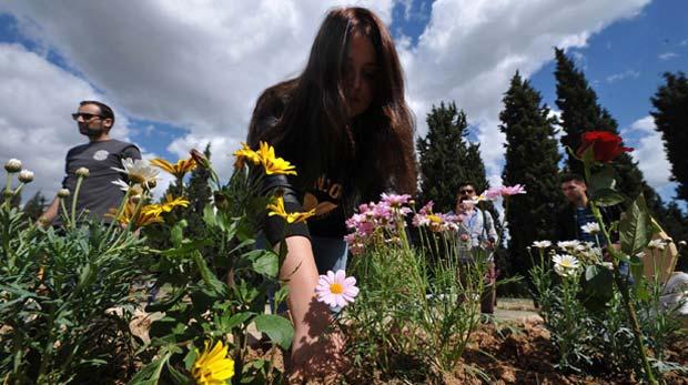 Şehitlik çiçeklerle süslendi!