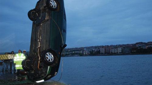 Feribottan inen otomobil denize düştü: 4 ölü