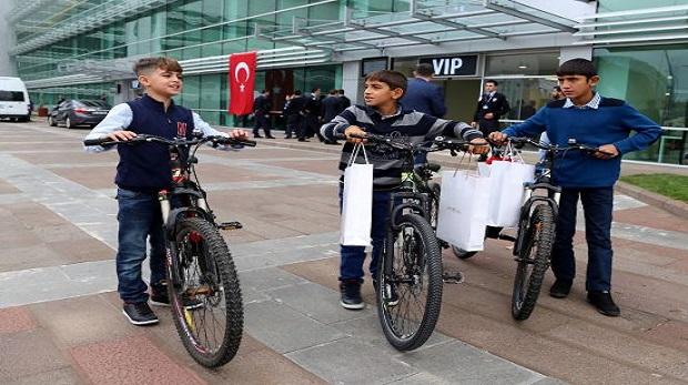 Davutoğlu'ndan O çocuklara bisiklet