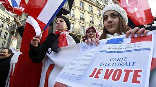 Türkler içerde sağcı dışarda sosyalist