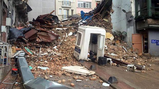 Beyoğlu'nda iki bina çöktü
