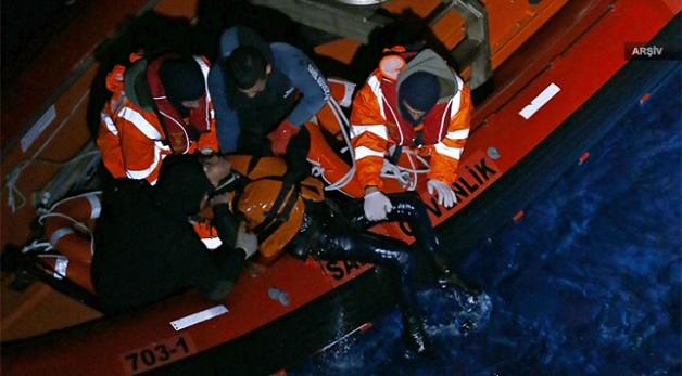 Boğulma tehlikesi geçiren 49 göçmen kurtarıldı