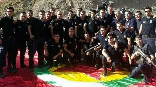 Polis, PKK bayrağı üzerinde poz verdi