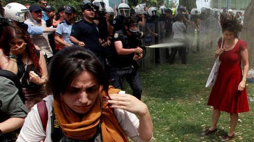Polis gaz sıktı kılı bile kıpırdamadı!