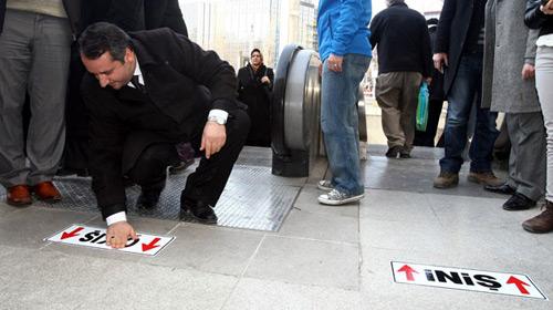 Kılıçdaroğlu İçin Metro Girişine Yön Levhası