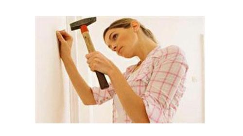Duvarı kırmadan çivi nasıl çakılır?