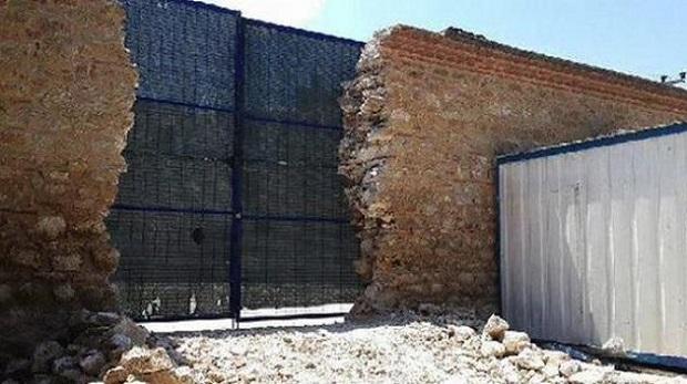 Külliye duvarı kamyon girişi için yıkıldı