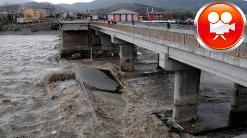 Köprünün bir bölümü daha çöktü!