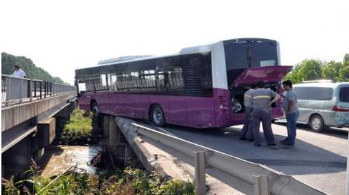 İETT Otobüsü Köprüde Asılı Kaldı