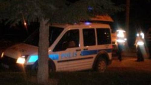 100 Kişi Polis Aracına Saldırdı