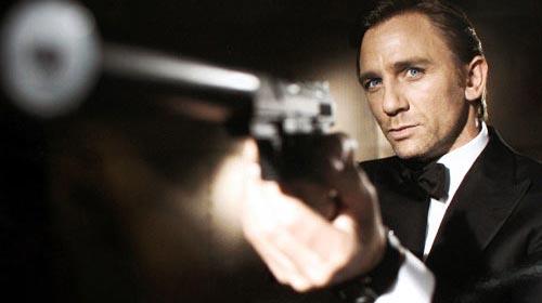 Bond setinde gazeteci figüran!..