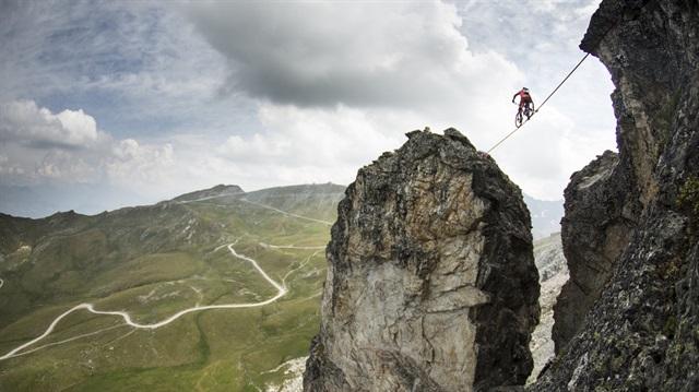 Adrenalinde zirve: Sıratta bisiklet!