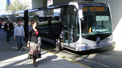 Metrobüs yolcuları ölümden döndü