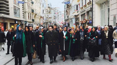 Hukukçular İstanbul Barosu'nu Protesto Etti