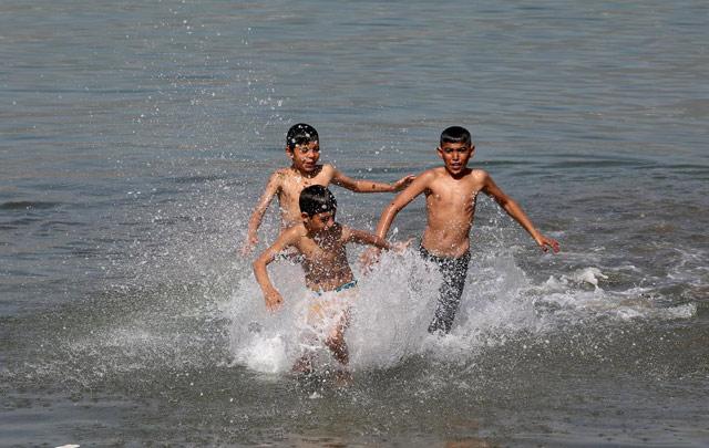 İskenderun'da çocukların deniz keyfi