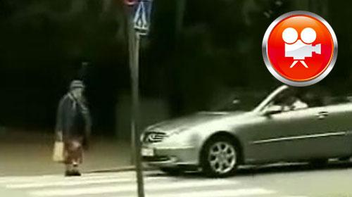 Yaşlı Kadın Şoförü Böyle Nakavt Etti!