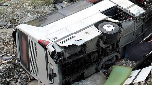 Otobüs uçuruma yuvarlandı: 17 ölü