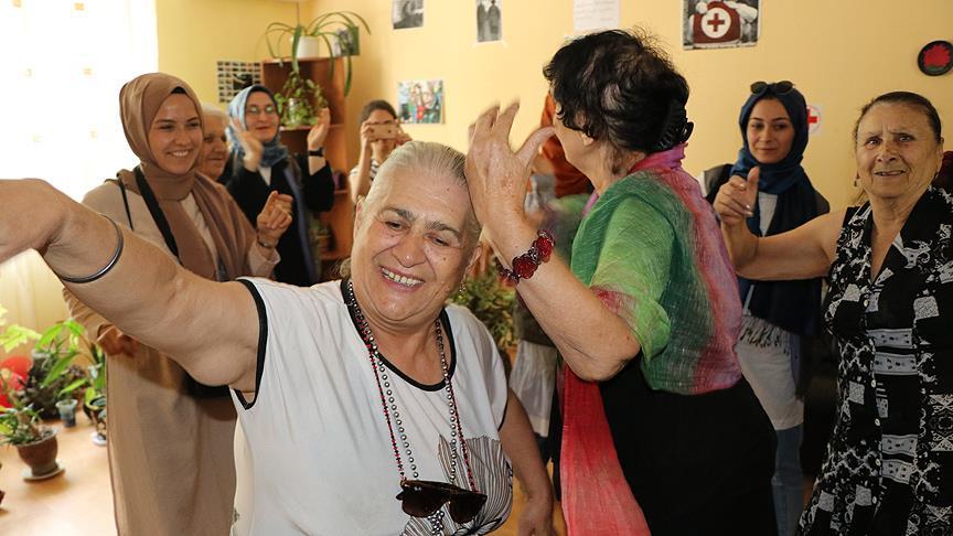 Türk gönüllüler Gürcistan'da yaşlıların yüzünü güldürdü