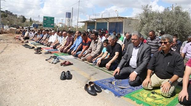 İsrail zorbalığına karşı sokakta namaz kıldılar
