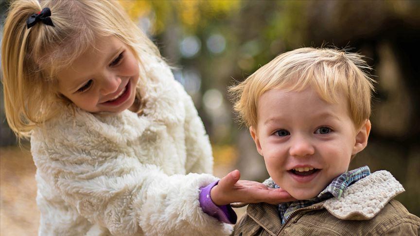 Ablalar küçük kardeşlerinin dil becerisini geliştiriyor