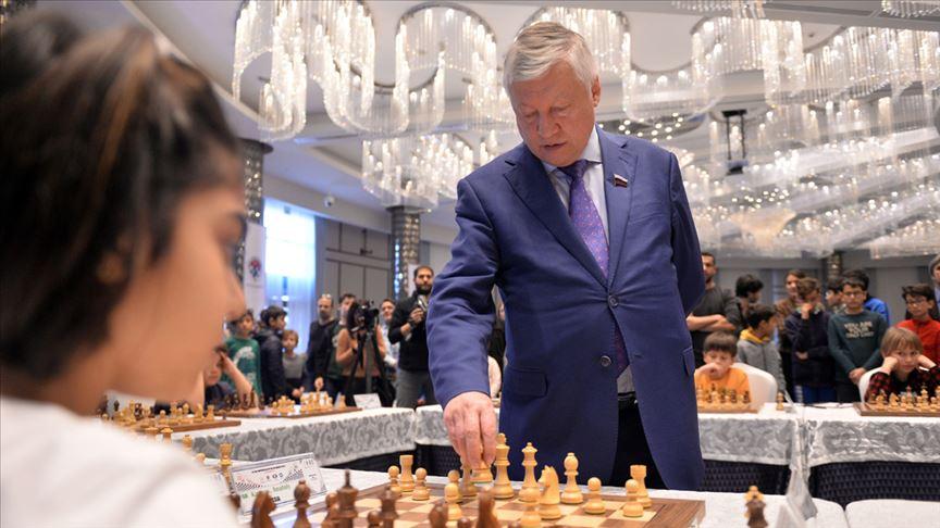 'Satranç Ustası Karpov' aynı anda 10 sporcuyla satranç oynadı