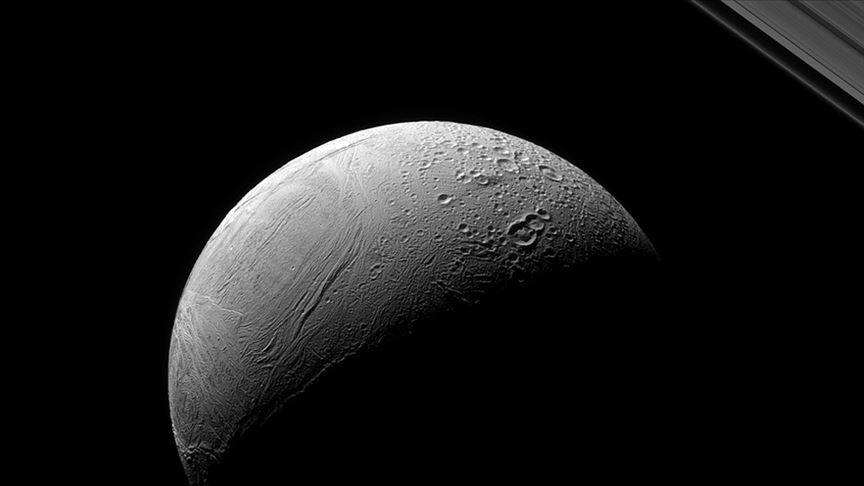 Satürn'ün uydusu Enceladus'taki 'kaplan sırtı deseni'nin gizemi çözüldü