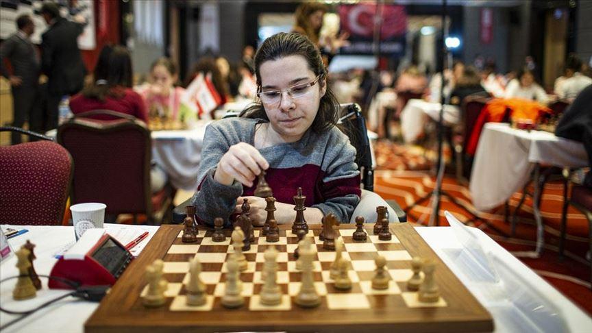 'Engelleri satranç sevgisiyle aşabiliyorum'