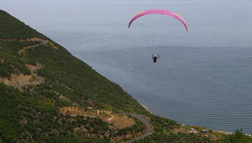 Uçmakdere 'gökyüzüyle buluşmak' isteyen paraşütçüleri bekliyor