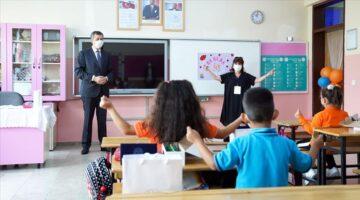 Ziya Selçuk'tan yüz yüze eğitimin başladığı okulları ziyaret etti